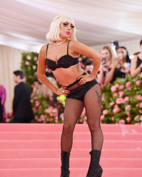 Lady Gaga Arrasa Na Chegada Ao MET Gala 2019 e Acaba Em Lingerie 9