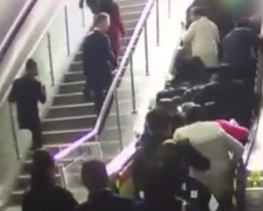 Pessoas Caem Depois De Escada Rolante Mudar Repentinamente De Direção 2