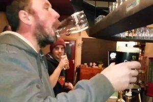 A Invulgar Habilidade De Um Homem Que Certamente Passa Muitas Horas No Bar 10