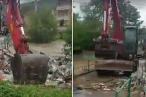 Operador De Retroescavadora Utiliza Método Idiota Para Retirar Lixo De Rio 18