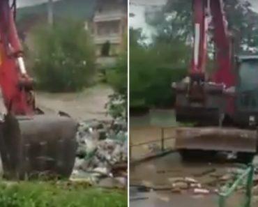 Operador De Retroescavadora Utiliza Método Idiota Para Retirar Lixo De Rio 2