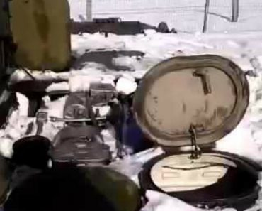Tanque Completamente Submerso Na Neve Mostra-se Invencível Assim Que Começa a Andar 3