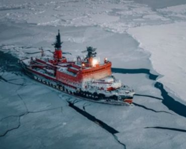 Imagens Incríveis Captadas Por Drone Mostram Quebra-Gelo Russo Em Ação 7