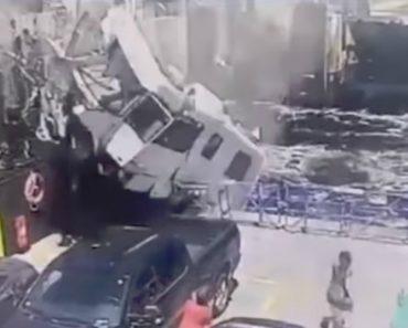 Autocaravana Perde Travões e Aterra Em Cima De Ferry 3